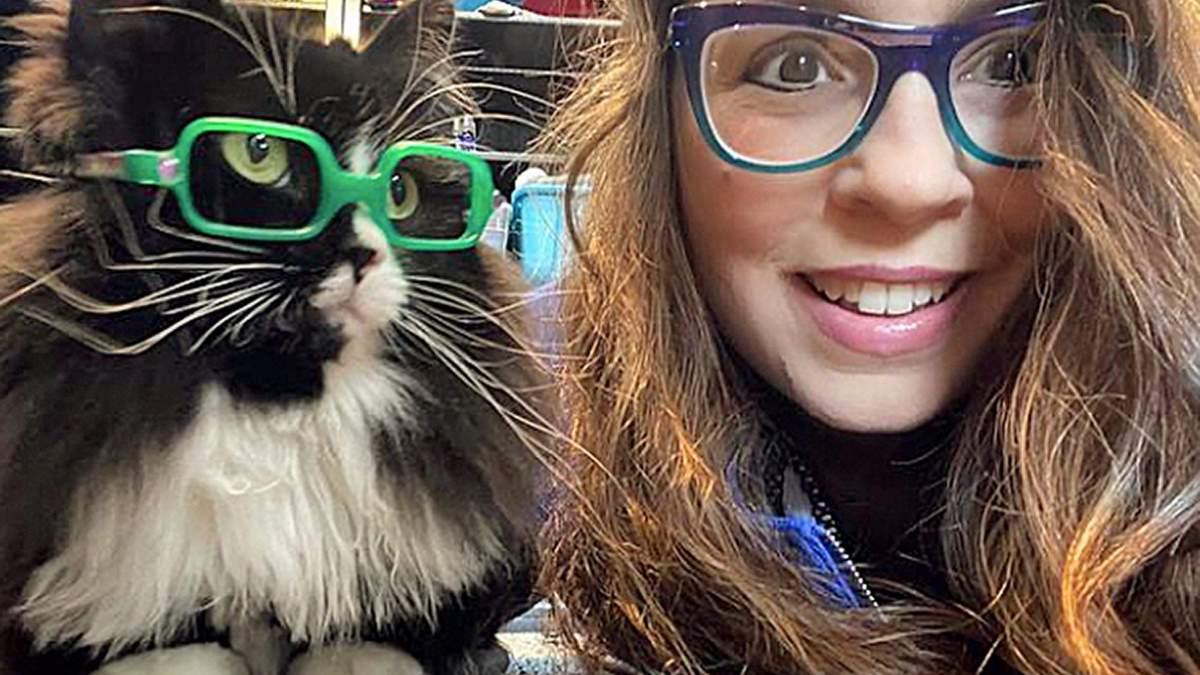 Кішка носить окуляри, щоб допомогти дітям подолати сором – наймиліші фото - Pets
