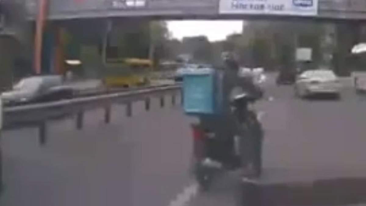 Стутерист врятував кошеня, яке бігало між колесами авто на трасі: зворушливе відео - Новини Києва - Pets