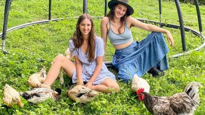 Ручные утки и козы в веночках: сестры из Австралии ведут волшебный блог о природе