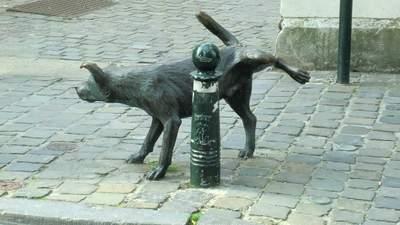 Собака із задертою лапкою: історія кумедного пам'ятника в Брюсселі